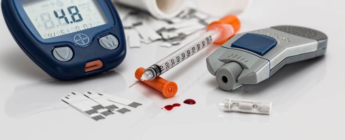 Pompe de Insulină, Sisteme de pompe de insulină cu senzori de monitorizare continuă a glicemiei, Sisteme de monitorizare continuă a glicemiei