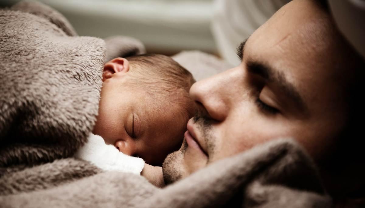 Tații implicați în creșterea copiilor influențează pozitiv dezvoltarea cognitivă a acestora