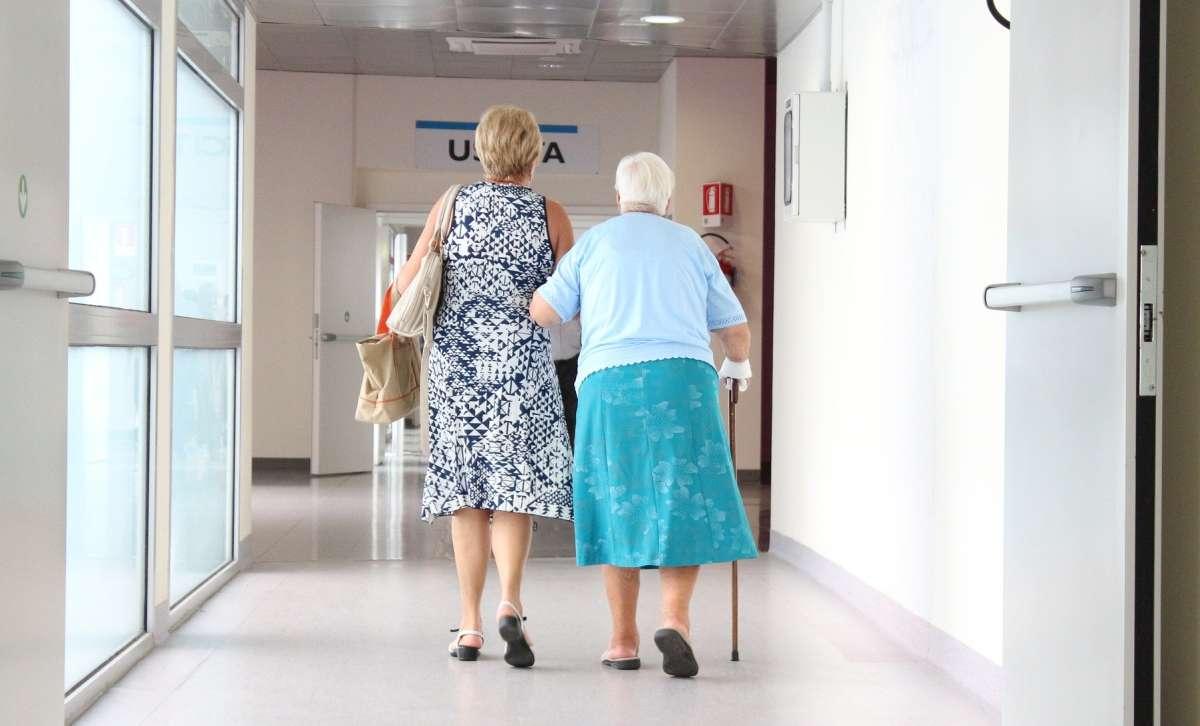 Circulația persoanelor care au împlinit vârsta de 65 de ani este permisă numai în intervalul orar 11.00 –13.00
